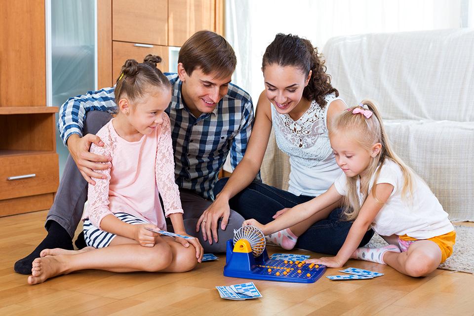 Der Familienbonus Plus ist ein Absetzbetrag von der Einkommensteuer in Höhe von € 125,00 pro Monat (€ 1.500,00 pro Jahr) und Kind bis zu einem Alter von 18 Jahren bei Anspruch auf Familienbeihilfe.