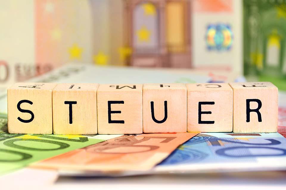 Abhängig vom Vorjahresumsatz müssen Unternehmer im Regelfall entweder monatlich oder vierteljährlich eine Umsatzsteuervoranmeldung (UVA) erstellen.
