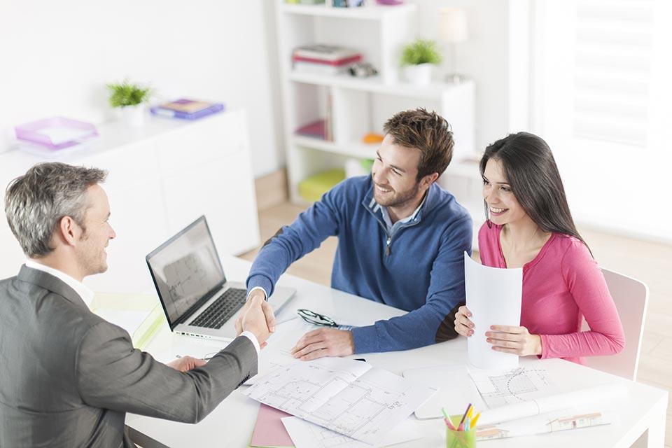 Mit Beginn einer Beschäftigung wird die Mitversicherung als Angehörige/r automatisch unterbrochen.